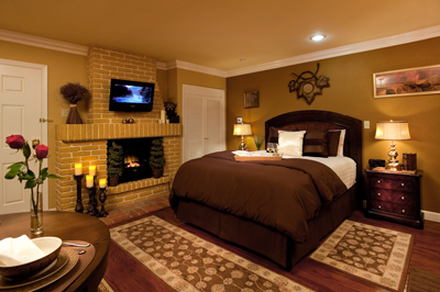 400Tuscan-Room-Bed-Fireplace